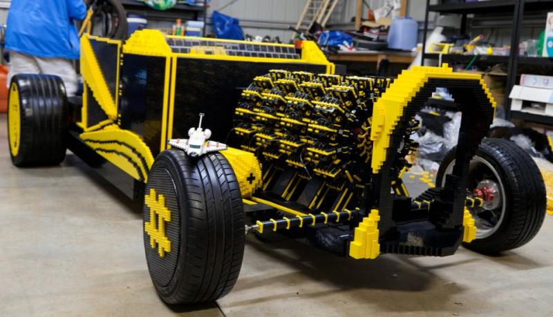 Coche hecho con piezas Lego