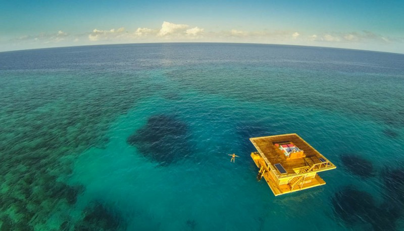 Manta Resort bajo el agua