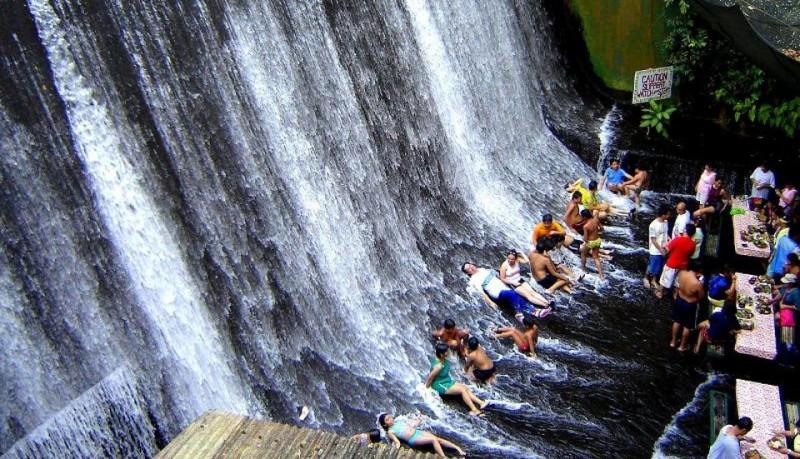 Restaurante en una cascada en Villa Escudero