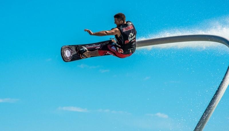 Skate sobre el agua con Hoverboard